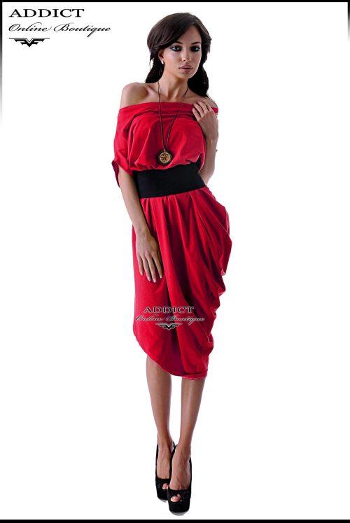 Лятна рокля със свободна кройка и колан за допълнително подчертаване на талията.