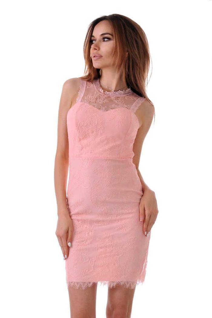 къса рокля цвят пудра покрита с дантела