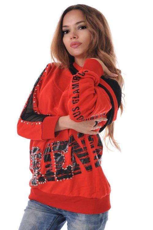 червена блуза с качулка