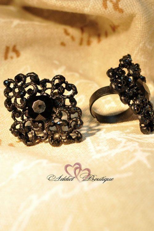 черен пръстен с черни камъни