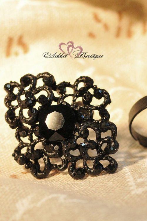 черен пръстен с камъни