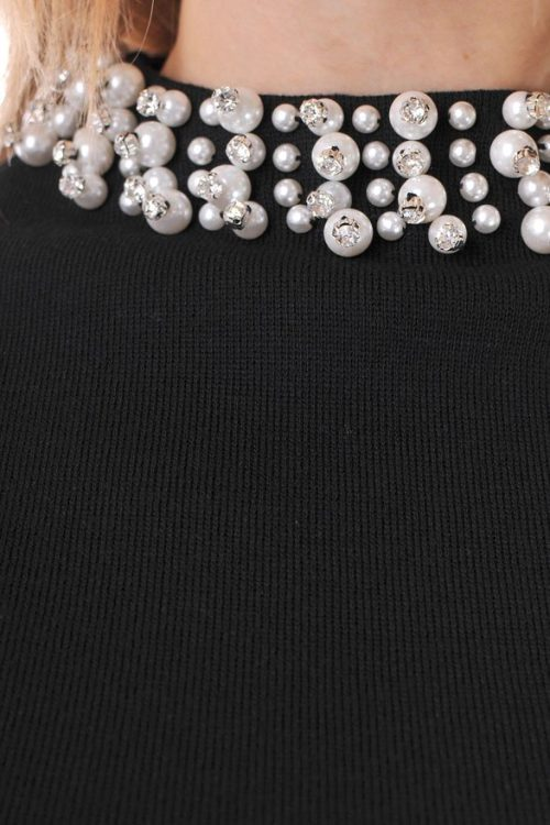 черна рокля от плетиво и перли